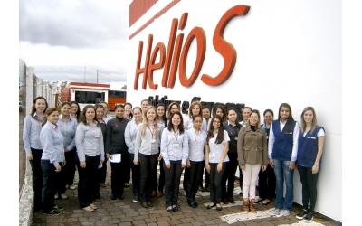 Foto em frente a fachada da empresa Helios em Carazinho/RS onde um grupo de colaboradoras da empresa, juntamente com palestrantes do Sest/Senat Carazinho se reuniram para registrar o evento.
