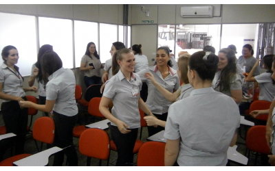 Foto com imagens das mulheres, funcionárias da empresa, em momento de confraternização.